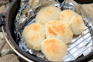 コールマンのダッチオーブンでパン焼き