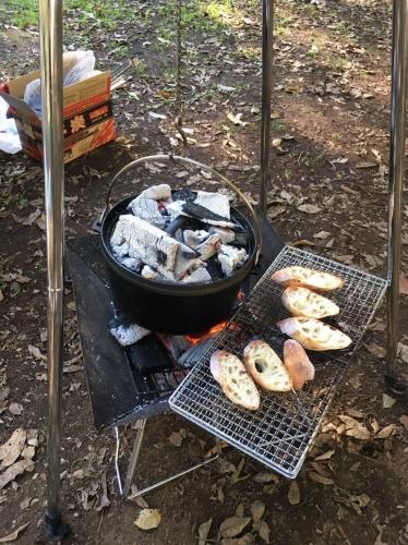 コールマンのダッチオーブンで丸鶏のローストを作る